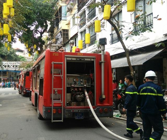 Cháy nhà trong phố cổ Hà Nội, cả khu phố náo loạn - Ảnh 2.