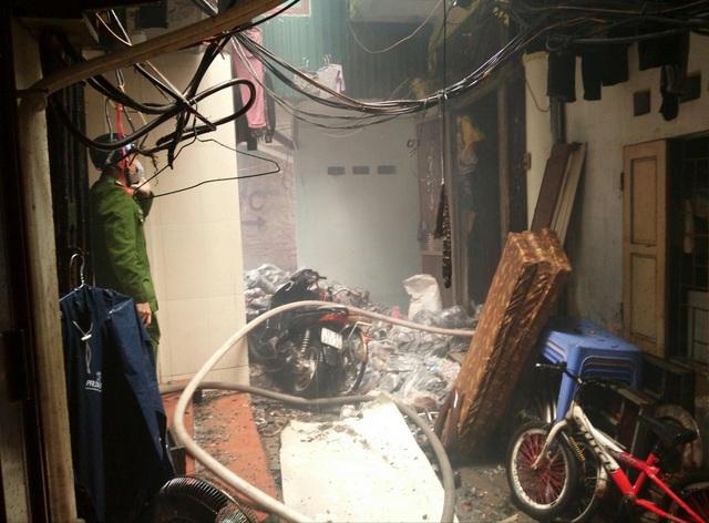 Cháy nhà trong phố cổ Hà Nội, cả khu phố náo loạn - Ảnh 1.