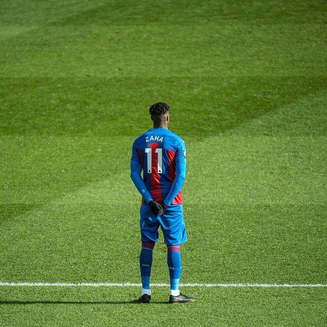 Wilfried Zaha là cầu thủ đầu tiên ở Premier League không quỳ trước trận đấu - Ảnh 2.