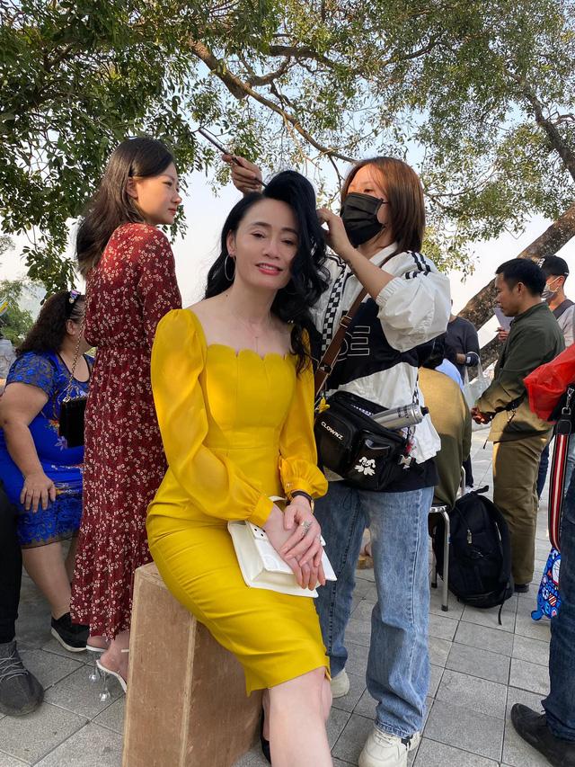 Quách Thu Phương trẻ trung bất ngờ trong hậu trường Hương vị tình thân - Ảnh 2.