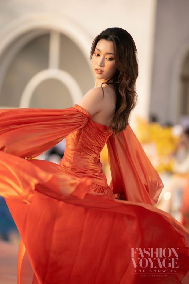 Đỗ Thị Hà gợi cảm catwalk cùng cặp Hoa hậu song Linh - Ảnh 5.
