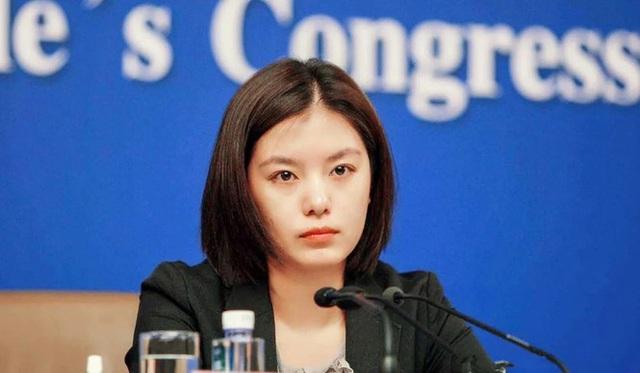 Nữ phiên dịch viên xinh đẹp nhất Trung Quốc gây bão trên mạng xã hội - Ảnh 1.