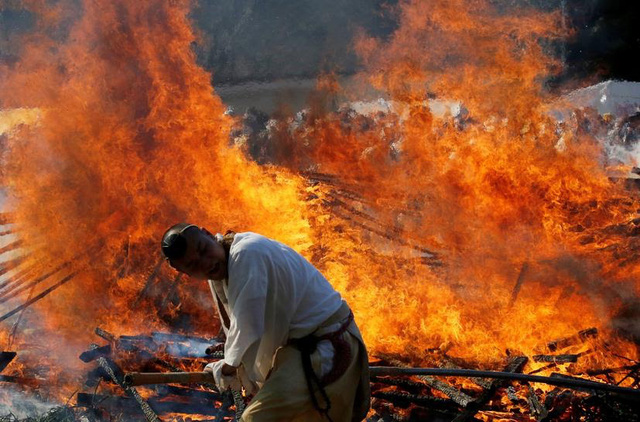 Kỳ lạ, lễ hội đi chân trần qua than cháy để cầu bình an ở Nhật Bản - ảnh 2