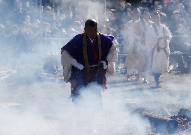 Kỳ lạ, lễ hội đi chân trần qua than cháy để cầu bình an ở Nhật Bản - ảnh 3