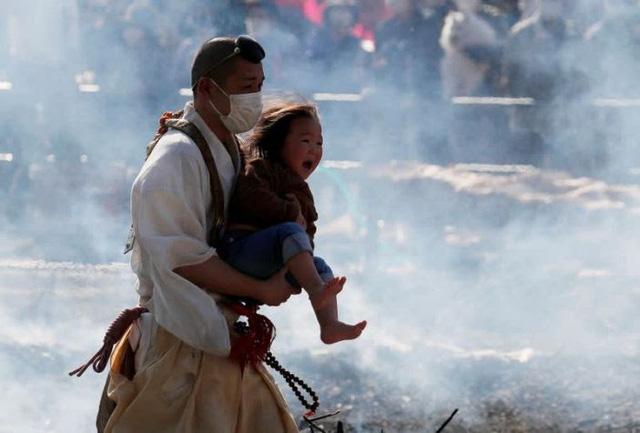 Kỳ lạ, lễ hội đi chân trần qua than cháy để cầu bình an ở Nhật Bản - ảnh 4