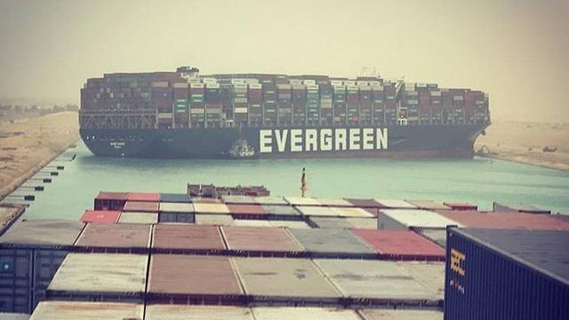 Tàu container chắn ngang gây tắc nghẽn trên kênh đào Suez - ảnh 1