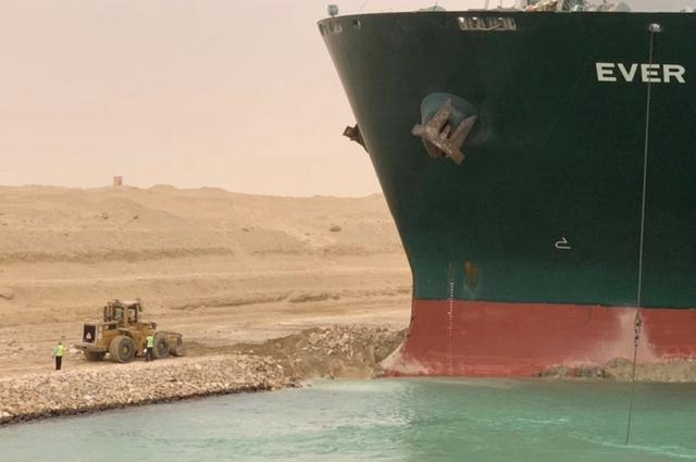 Tàu container chắn ngang gây tắc nghẽn trên kênh đào Suez - ảnh 3