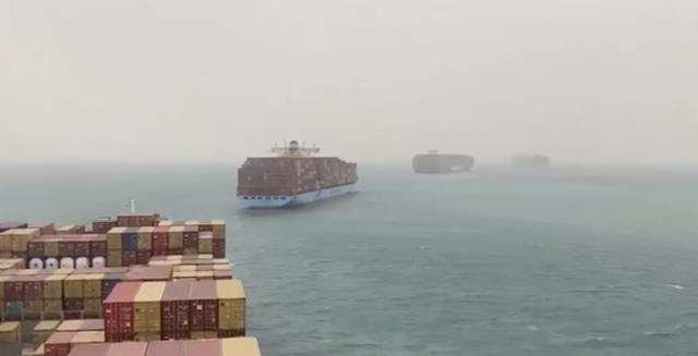 Tàu container chắn ngang gây tắc nghẽn trên kênh đào Suez - ảnh 4