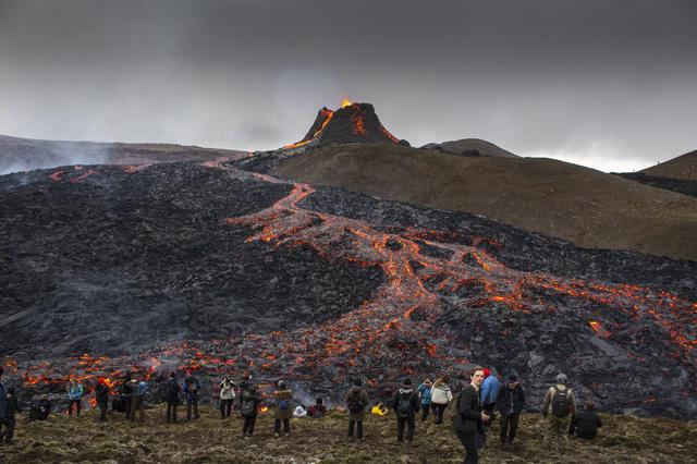 Người dân Iceland đổ xô đi xem núi lửa phun trào sau gần 800 năm - ảnh 1