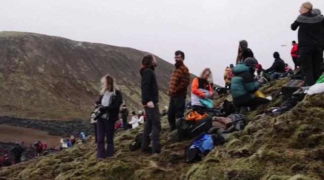 Người dân Iceland đổ xô đi xem núi lửa phun trào sau gần 800 năm - ảnh 2