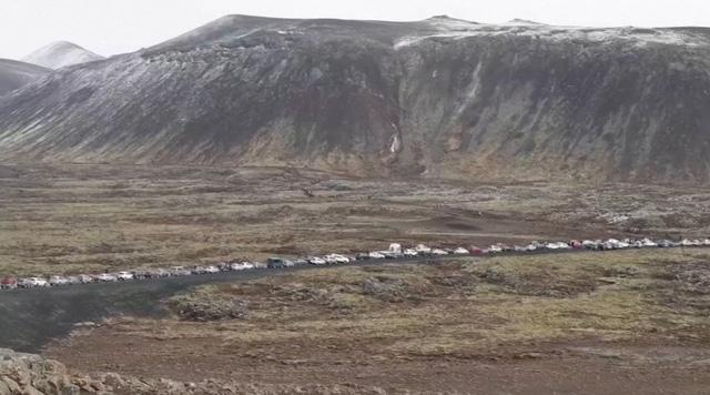 Người dân Iceland đổ xô đi xem núi lửa phun trào sau gần 800 năm - ảnh 4