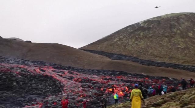 Người dân Iceland đổ xô đi xem núi lửa phun trào sau gần 800 năm - ảnh 3