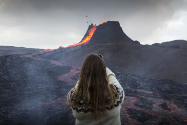 Người dân Iceland đổ xô đi xem núi lửa phun trào sau gần 800 năm - ảnh 9