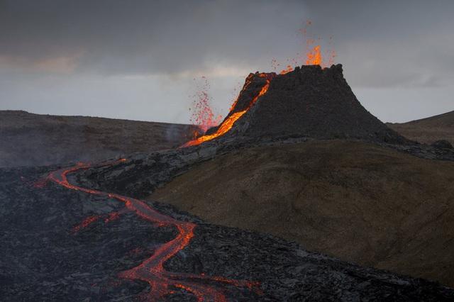 Người dân Iceland đổ xô đi xem núi lửa phun trào sau gần 800 năm - ảnh 5