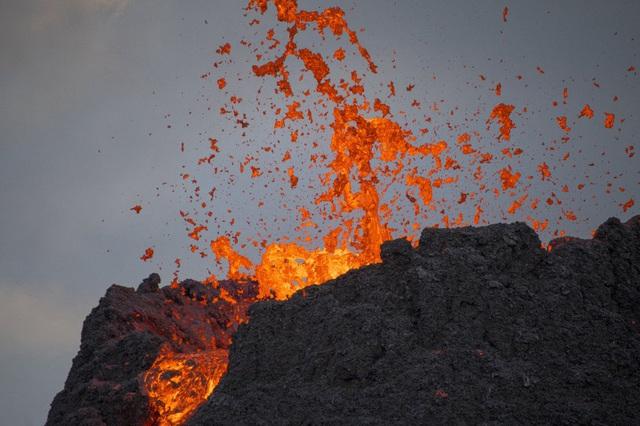 Người dân Iceland đổ xô đi xem núi lửa phun trào sau gần 800 năm - ảnh 6