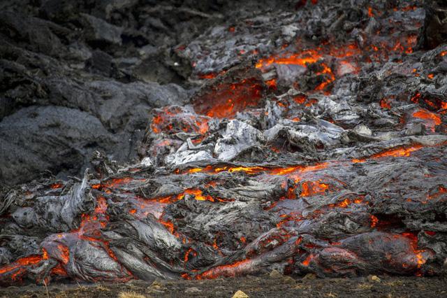 Người dân Iceland đổ xô đi xem núi lửa phun trào sau gần 800 năm - ảnh 7