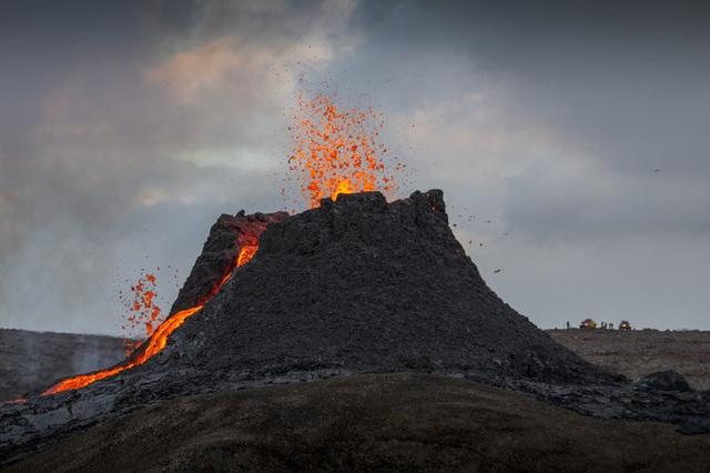 Người dân Iceland đổ xô đi xem núi lửa phun trào sau gần 800 năm - ảnh 10