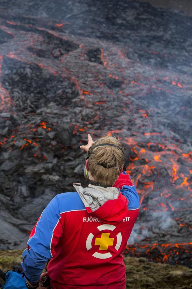 Người dân Iceland đổ xô đi xem núi lửa phun trào sau gần 800 năm - ảnh 8