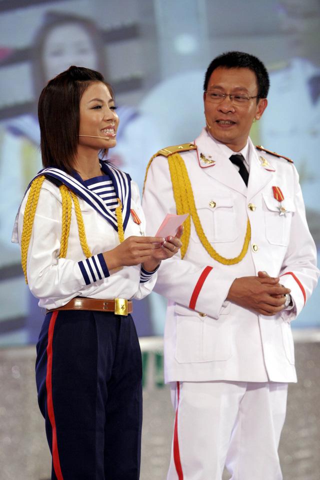 MC Hoàng Linh khoe ảnh cùng nhà báo Lại Văn Sâm cách đây 15 năm - Ảnh 4.