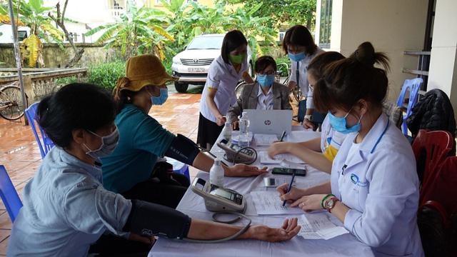 Khám sàng lọc ung thư vú, ung thư tuyến giáp miễn phí cho 480 người dân Quảng Ninh - Ảnh 2.