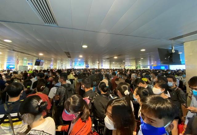 Sân bay Tân Sơn Nhất tắc nghẽn, Vietnam Airlines khuyến cáo hành khách đến sớm - Ảnh 1.