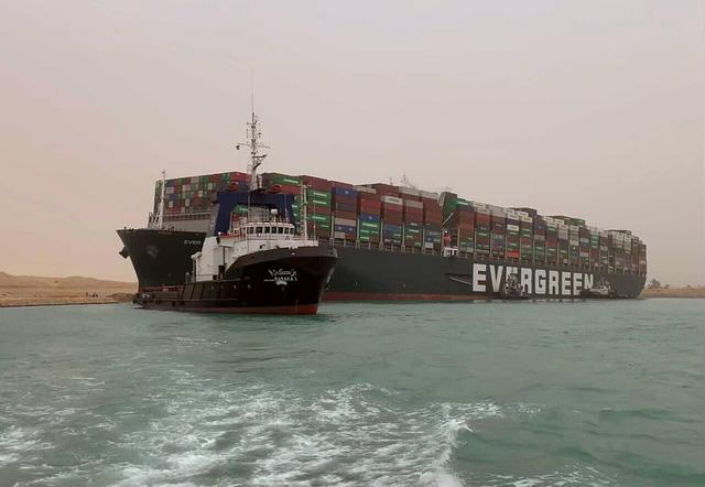 Vụ tàu mắc kẹt ở kênh đào Suez: Tàu Ever Given đang xoay trở lại đúng hướng di chuyển - Ảnh 1.
