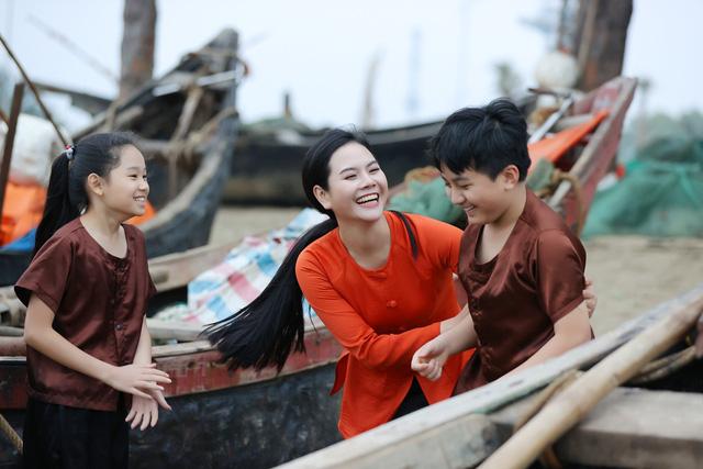 """Sao mai Lương Nguyệt Anh đưa """"chàng trai đặc biệt"""" vào MV dịp 8/3 - Ảnh 9."""