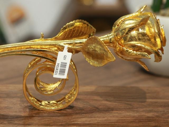 Chiêm ngưỡng bông hồng đúc bằng vàng 24 nguyên khối giá 330 triệu đồng - ảnh 1