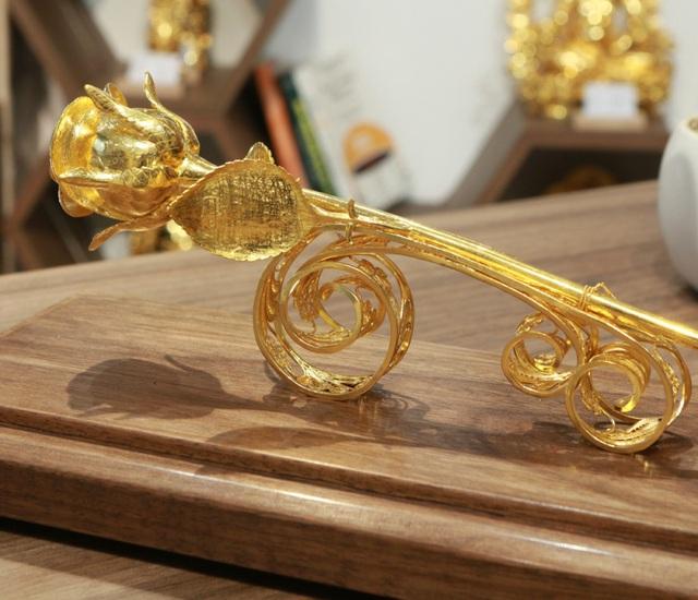 Chiêm ngưỡng bông hồng đúc bằng vàng 24 nguyên khối giá 330 triệu đồng - ảnh 2