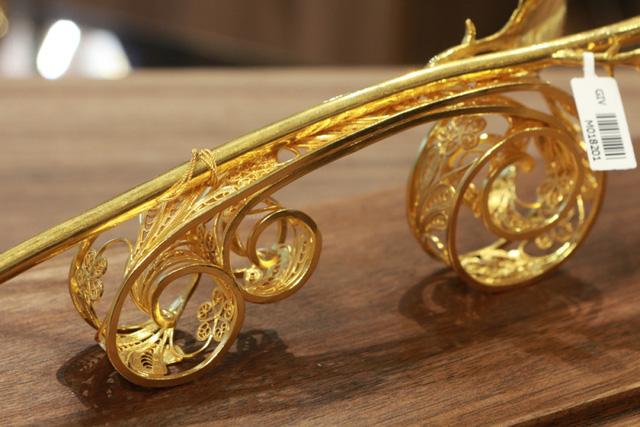 Chiêm ngưỡng bông hồng đúc bằng vàng 24 nguyên khối giá 330 triệu đồng - ảnh 4