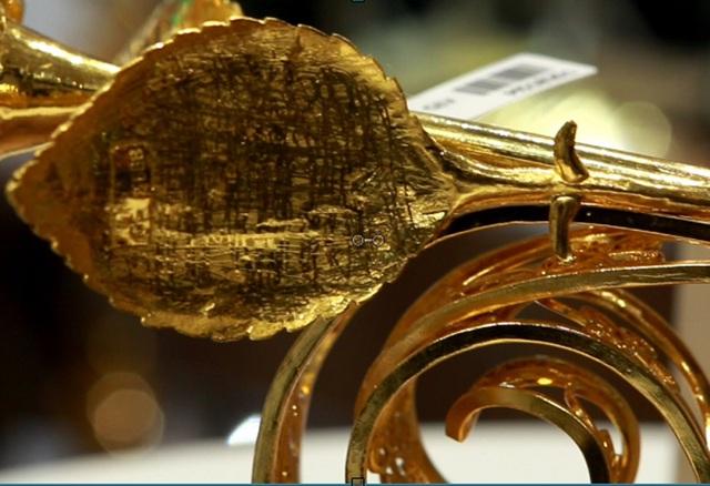 Chiêm ngưỡng bông hồng đúc bằng vàng 24 nguyên khối giá 330 triệu đồng - ảnh 6