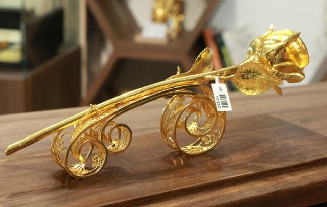 Chiêm ngưỡng bông hồng đúc bằng vàng 24 nguyên khối giá 330 triệu đồng - ảnh 8