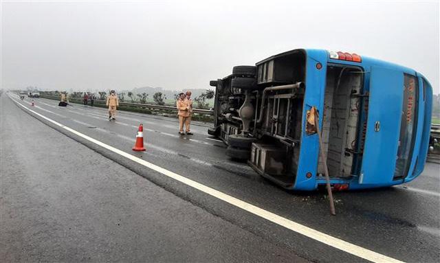 Xe khách lật trên cao tốc Nội Bài - Lào Cai, 7 người thoát chết - Ảnh 1.