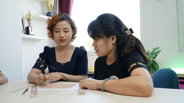 Cô gái trẻ truyền nghề phun xăm thẩm mỹ để giúp phụ nữ tự chủ tài chính - Ảnh 2.