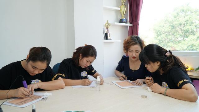 Cô gái trẻ truyền nghề phun xăm thẩm mỹ để giúp phụ nữ tự chủ tài chính - Ảnh 3.