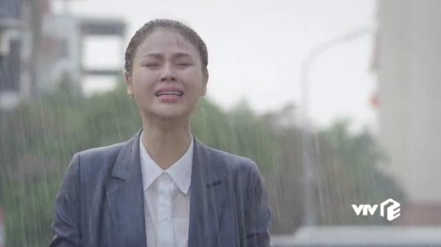 Hậu trường Hướng dương ngược nắng: Diễn trong màn mưa nhân tạo, Lương Thu Trang - Việt Anh không vấp một từ - Ảnh 1.