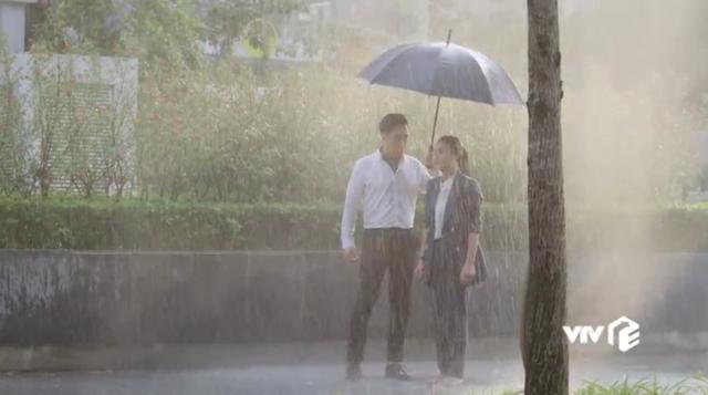 Hậu trường Hướng dương ngược nắng: Diễn trong màn mưa nhân tạo, Lương Thu Trang - Việt Anh không vấp một từ - Ảnh 2.