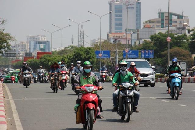 Người dân TP Hồ Chí Minh vất vả chống chọi nắng nóng trở lại - Ảnh 1.