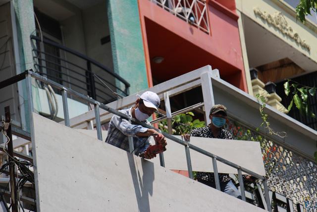 Người dân TP Hồ Chí Minh vất vả chống chọi nắng nóng trở lại - Ảnh 2.