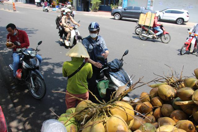 Người dân TP Hồ Chí Minh vất vả chống chọi nắng nóng trở lại - Ảnh 3.