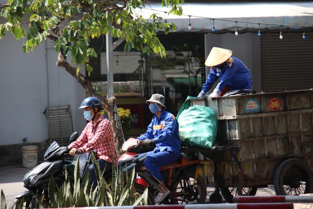 Người dân TP Hồ Chí Minh vất vả chống chọi nắng nóng trở lại - Ảnh 4.