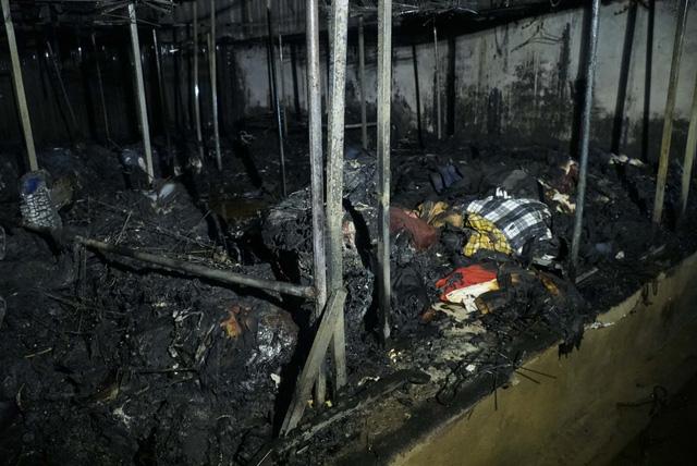 Cháy lớn thiệu rụi hàng chục ki-ốt trong chợ ở Điện Biên - Ảnh 3.