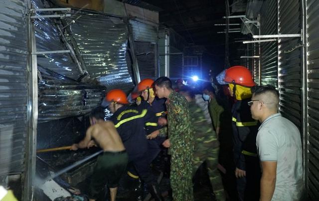 Cháy lớn thiệu rụi hàng chục ki-ốt trong chợ ở Điện Biên - Ảnh 2.
