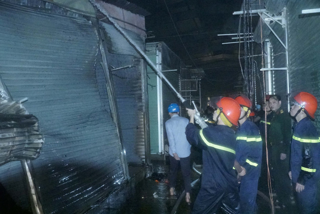 Cháy lớn thiệu rụi hàng chục ki-ốt trong chợ ở Điện Biên - Ảnh 1.