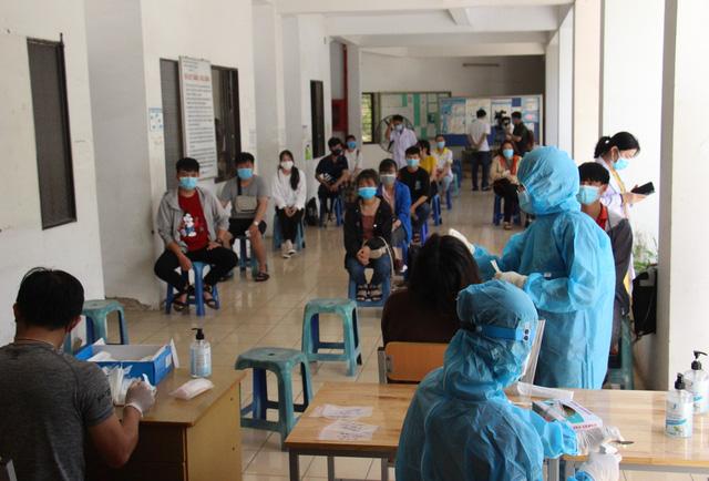 TP Hồ Chí Minh xét nghiệm COVID-19 ngẫu nhiên cho sinh viên - Ảnh 1.
