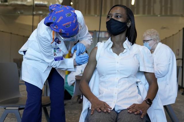"""""""Nóng"""" tình trạng nhân viên y tế bị tấn công trong đại dịch - Ảnh 1."""