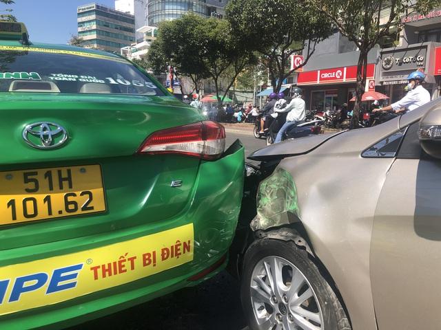5 xe ô tô tông liên hoàn trên đường Điện Biên Phủ, TP Hồ Chí Minh - Ảnh 1.