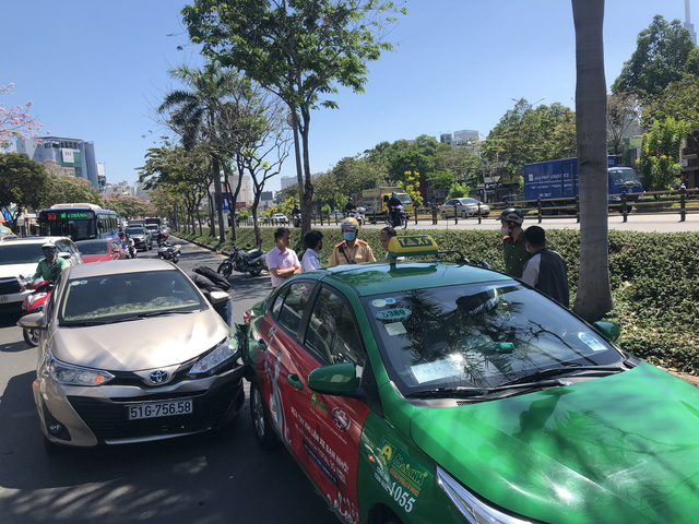 5 xe ô tô tông liên hoàn trên đường Điện Biên Phủ, TP Hồ Chí Minh - Ảnh 2.