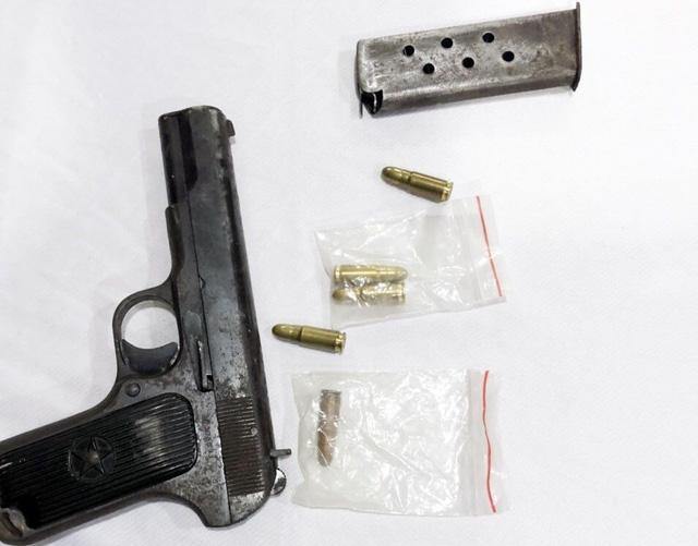 Vụ nổ súng tại Cần Thơ: Bắt đối tượng mang 2 khẩu súng đến hiện trường - Ảnh 2.