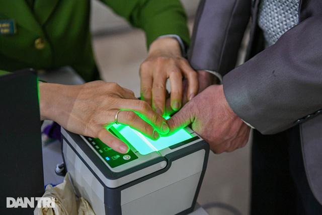 Làm việc xuyên đêm đẩy nhanh tiến độ cấp căn cước công dân gắn chip tại Hà Nội - Ảnh 2.